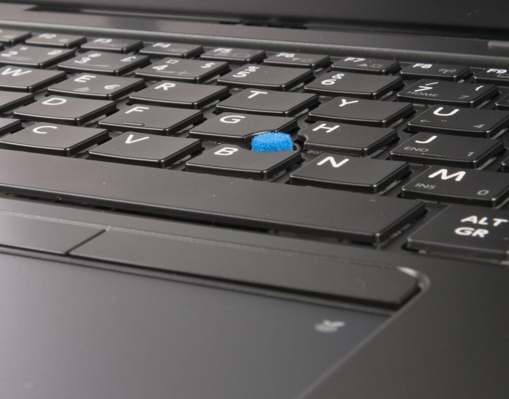 PEK: En fordel med styrepinne er at det følger med ekstra museknapper på oversiden av klikkeplaten.