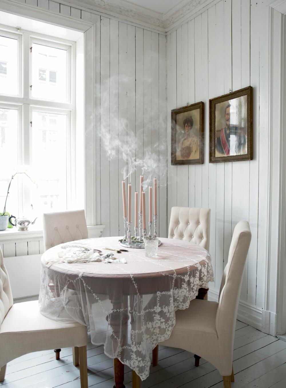 KUPP GJORT PÅ FRETEX: Det gamle bordet fant vi på Fretex og det kan trekkes ut til større selskap. I utgangspunktet var det veldig lavt, så pappa var handy og forlenget beina. Ble veldig bra! Kongeportrettene av Kong Haakon og Dronning Maud er minner fra mammas barndomshjem, forteller Marte.