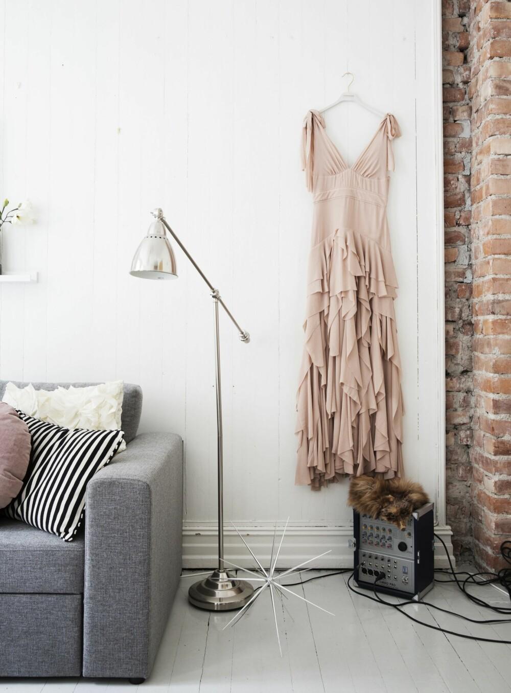 HENGER OPP KJOLENE SINE: - Jeg elsker vakre kjoler og ettersom de så sjeldent blir brukt, bruker jeg dem som et interiørelement. Klær kan være kunstverk i seg selv.Denne kjolen er fra H&M Concious Exclusive Collection 2014 og det var kjærlighet ved første blikk.