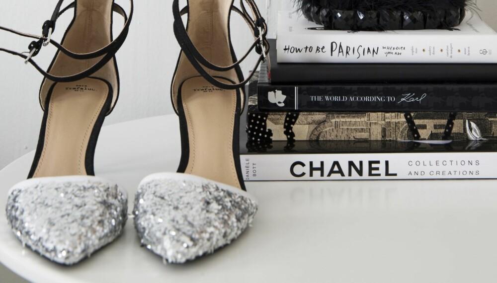 REDDET DEM MED GLITTER: Da det viste seg at de hvite skoene Marte Nergaard Sollied (30) hadde kjøpt i Stockholm hadde stygge svarte merker, limte hun like godt på masse grovt sølvglitter, og nå er de så fine at de får pynte opp stuebordet.
