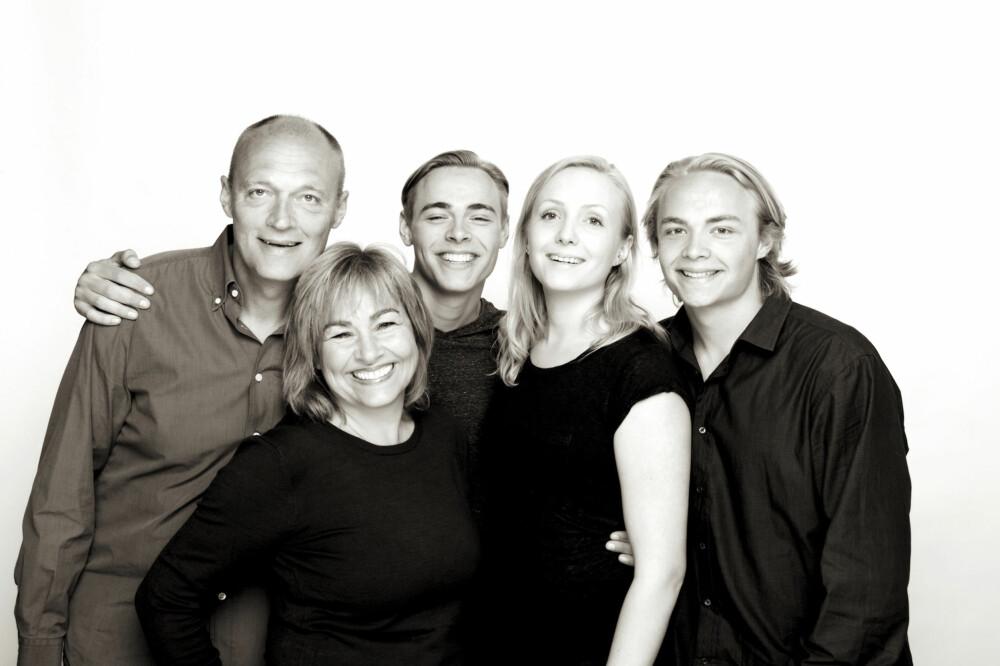 TREBARNSMOR: Lene Fjellheim sammen med ektemannen John Helge og deres tre barn.
