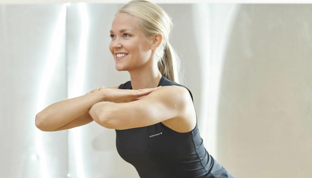 KNEBØY + HOFTESTREKK = STERK RUMPE: Ifølge Hedvig Bang, som er personlig trener ved SatsElixia, sitter vi altfor mye på rumpa på jobben, men det kan du unngå hvis du trener litt ved pulten hver dag.
