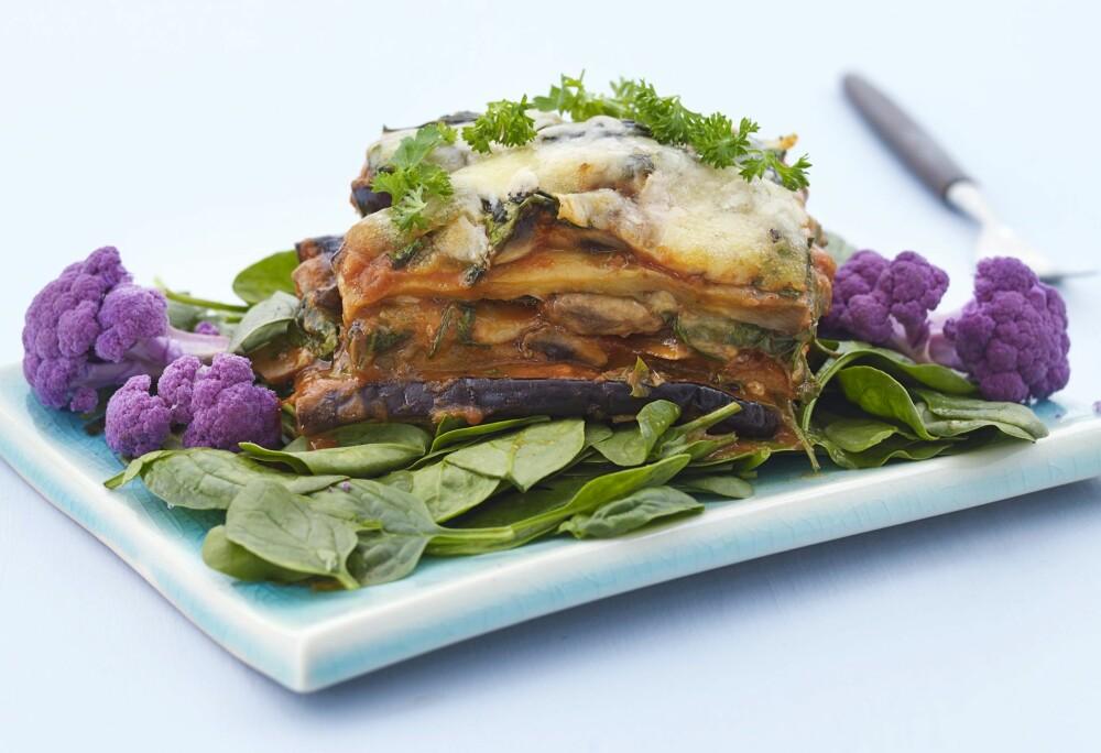 AUBERGINELASAGNE: Ja, aubergine i stedet for kjøtt! Aubergine har et høyt innhold av kostfiber og kan dermed hjelpe til bedre fordøyelse.