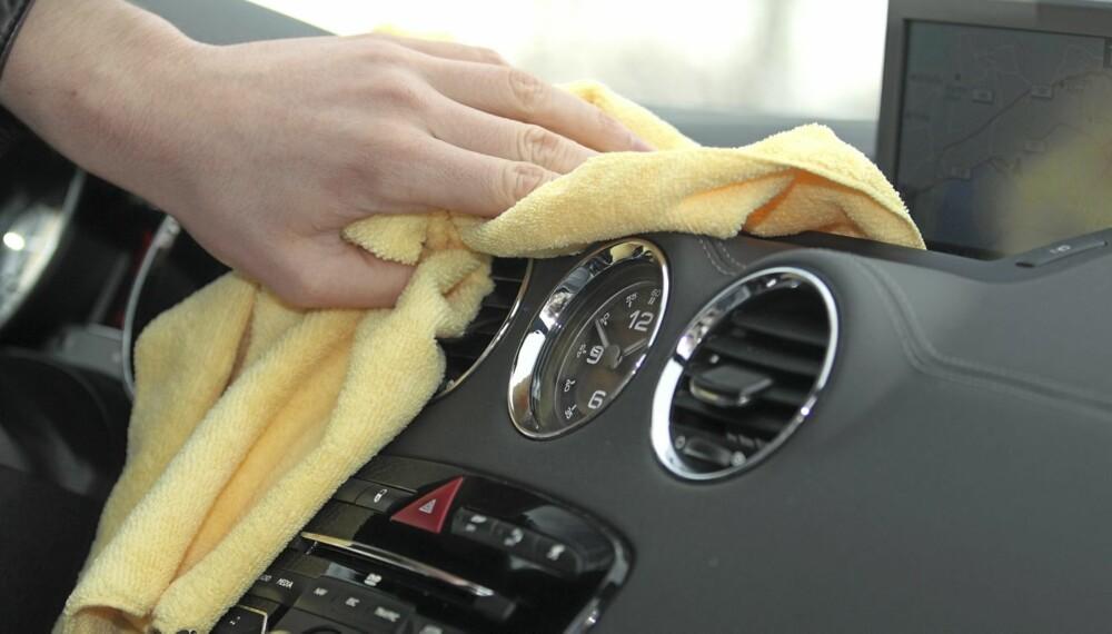 DASHBORD: De aller fleste har dashbord av vinyl i bilen. Disse blir grå over tid, men det finnes produkter som gir det fargen tilbake.