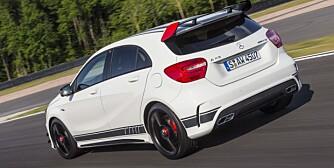 VERDENS STERKESTE: Mercedes A 45 AMG har verdens sterkeste serieproduserte tolitersmotor, firehjulsdrift og svært sportslig oppsett. På Bilster Berg er den en fryd å kjøre. Her i Edition 1-utgave med racingpynt. FOTO: Daimler AG