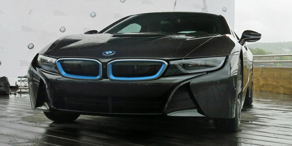 BMW i8: Her står BMW i8 utstilt på Aker Brygge. Pris: 1 299 000 kroner. FOTO: Martin Jansen