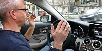 Mercedes C-klasse, to bilder til denne beskrivelsen: Kjøring med styreassistent med hendene i været, og Christiane Gärtner, ingeniør hos Mercedes.