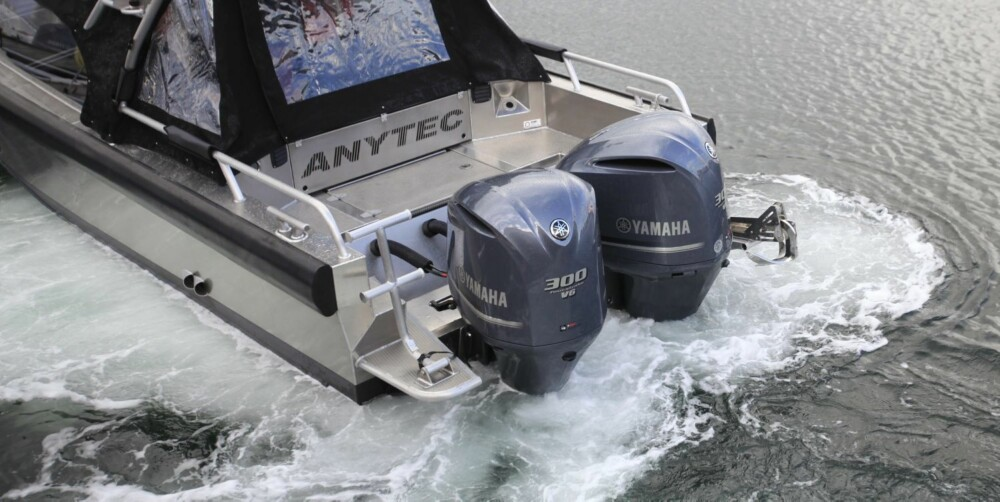 ALT I ETT: Systemet fungerer naturlig nok godt i havna, med helt uavhengig styring av motorene. Men også i høy fart vil deler av dette systemet slå inn ved for eksempel å øke friksjonen på styringen. FOTO: Terje Haugen