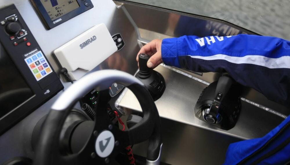 KONTROLL: Vi kontrollerer båten temmelig enkelt med en ergonomisk utformet joystick ved førerplassen i Anytec 860. FOTO: Terje Haugen