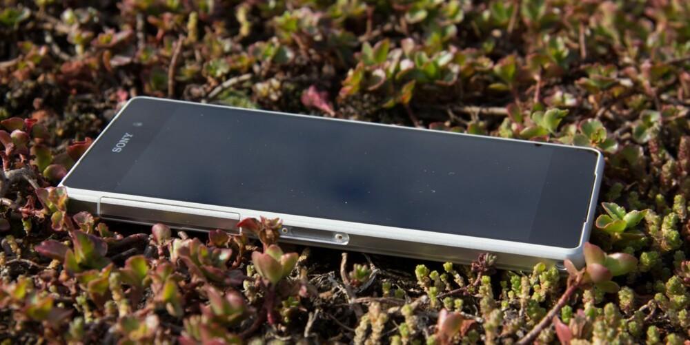 UTEMOBIL: Xperia Z2 tåler å bli brukt utendørs. Dette er en av de første mobilene vi har klart å bruke i sterkt sollys med solbriller på. Og skulle det begynne å regne, så tåler Xperia Z2 det også.