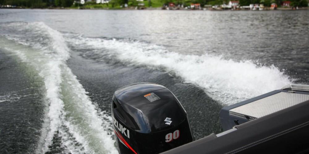 RIKTIG FART: Holder du deg rundt 20 knop, kan motoren nøye seg med drøyt 10 liter per time. FOTO: Terje Haugen
