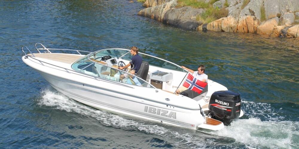 TOURING: Ibiza 25 Touring har et fint V-bunnskrog med fine farts- og sjøegenskaper. Vekt med motor er oppgitt til ca. 1650 kilo og når båten innbyr til å ha med deg mange om bord, setter du pris på kraften som DF300 gir. FOTO: Terje Bjørnsen