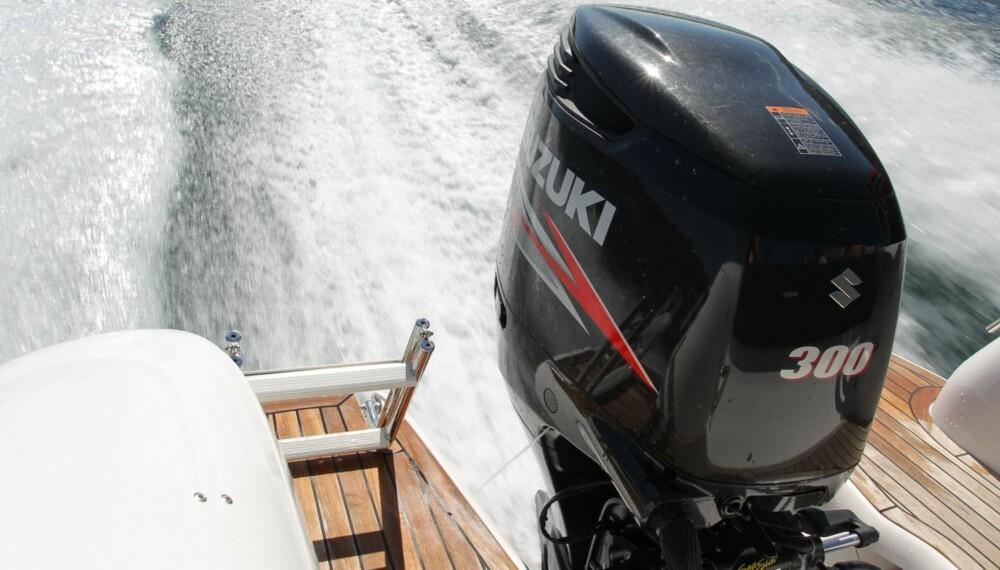 BEHAGELIG: Motorlyd og støynivå på Suzuki DF300 er tilbakeholdent i langsom fart og marsjfartområdet. FOTO: Terje Bjørnsen