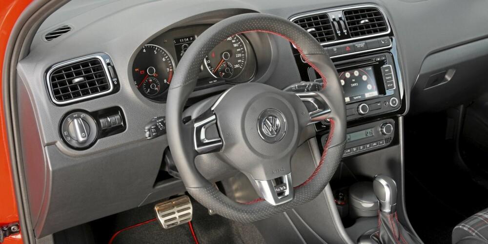 DETALJER: Røde sømmer og ruter i setene hører med på en GTI fra Volkswagen. Foto: VW