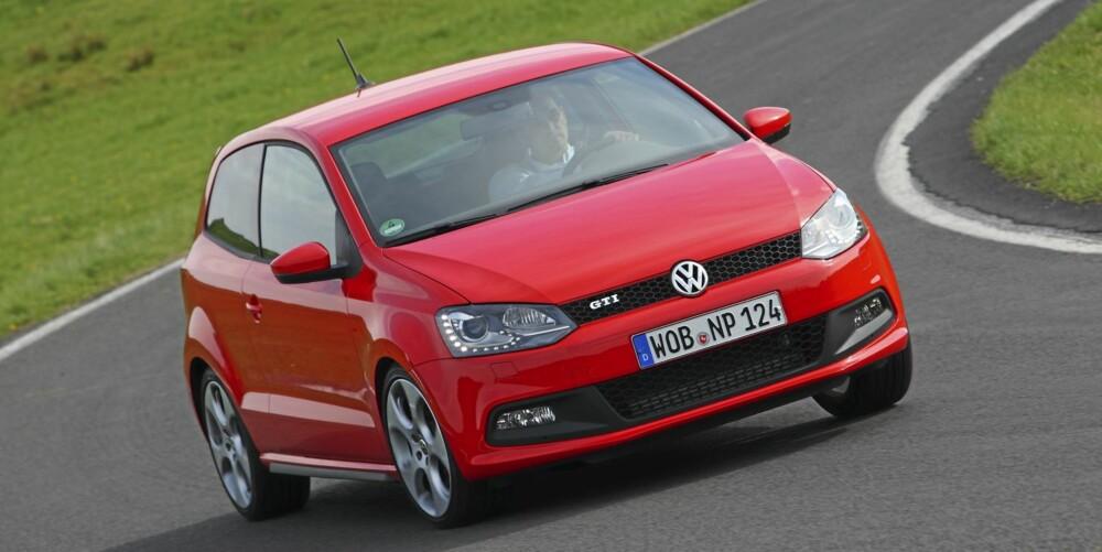 LEKEN: Polo GTI er lettere og mindre enn Golf GTI, og det gir reaksjonsvilje i svingene. I autobahnfart er den derimot mer ustabil. Foto: VW