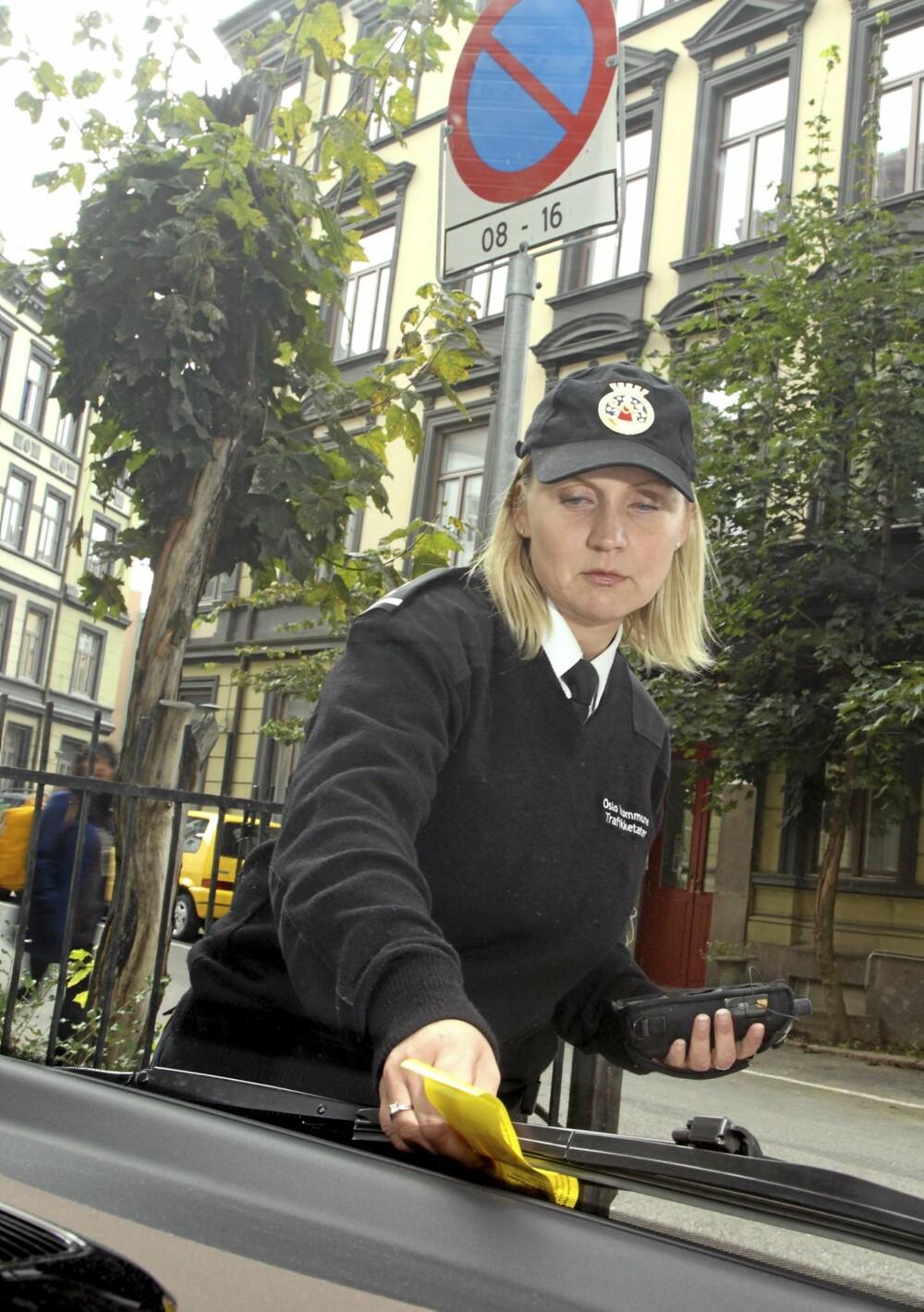PARKERING FORBUDT: Biler som står på parkering forbudt-område er de som oftest får bot av trafikkbetjent Helene Østvann (39). - Vi prioriterer ulovlige parkeringer som hindrer fremkommelighet, sier Østvann.
