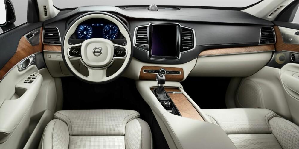 FÆRRE KNAPPER: Nye Volvo XC90 (t.h.) får langt færre knapper enn dagens modell. Knappene erstattes av en diger berøringsskjerm. FOTO: Volvo