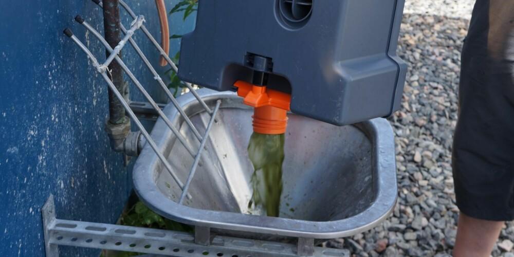 KJEMI: Det kan lønne seg å bruke kjemikalier i kassett-toalettet; det gjør det enklere å bli kvitt skiten etterpå. FOTO: Geir Svardal