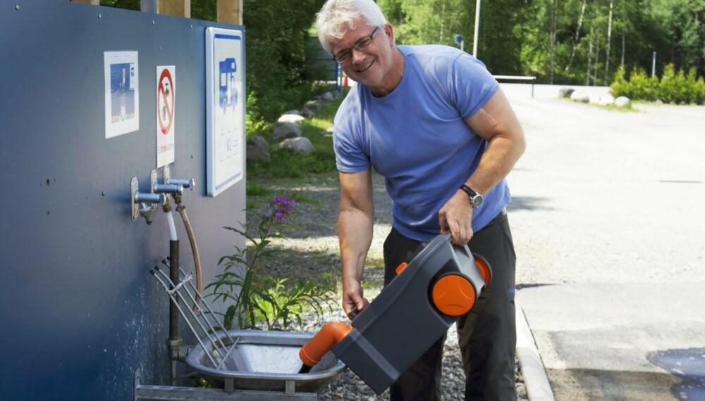 KOMMENTAR: Men hvorfor er det bare menn som gjør møkkajobben, spør vår bobiljournalist Geir Svardal. Her er han selv i aksjon - med et smil. FOTO: Selma Lund Svardal