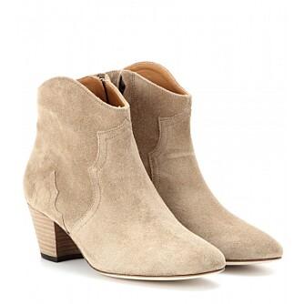 BEIGE BOOTS: Disse støvlettene er fine til en rocka variant av blondekjolen. Isabel Marant The Dicker Suede Ankle Boots, kr 3118.
