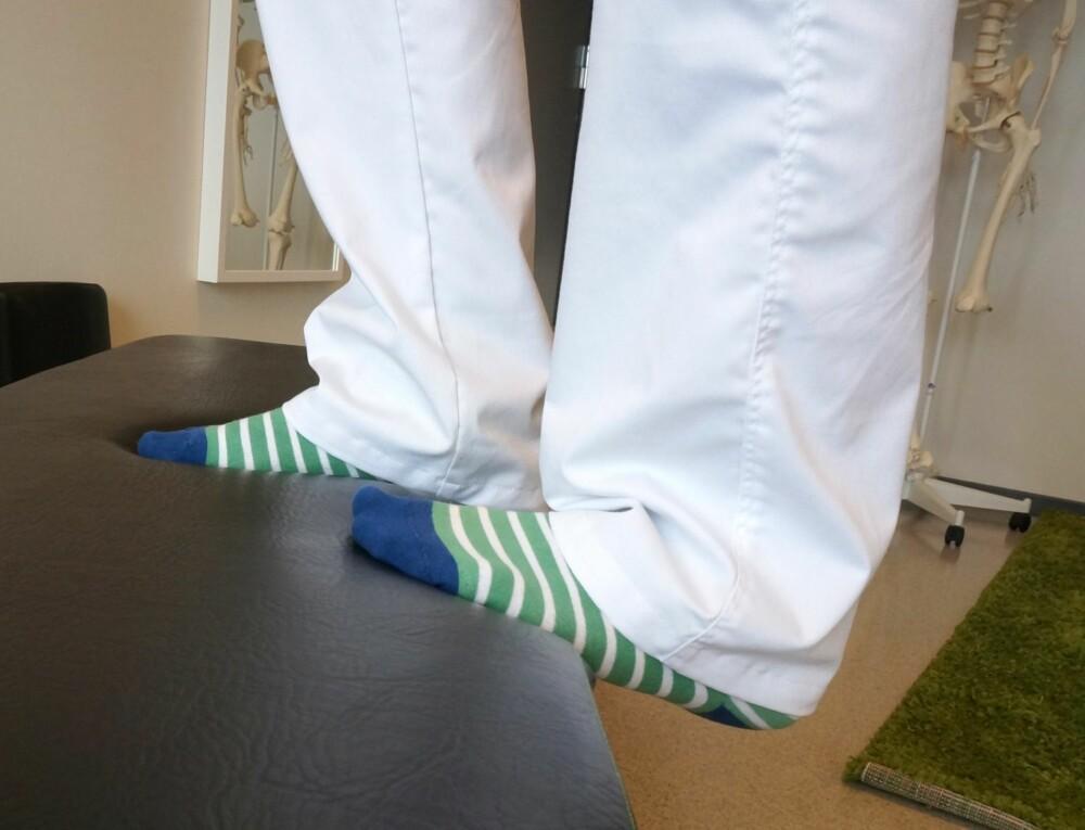 ØVELSE 3: Stå i trapp eller på en kant og legg vekten på hælen med rakt ben. Dette tøyer ut den store leggmuskelen bak og er fint for å forebygge plager som setter seg i akillessenen eller i området rundt hælen. 15 sekunder på hvert bein.
