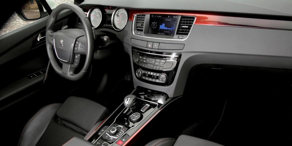 STILRENT: Vi synes stilen er god i interiøret, men Peugeot har vært for rause med antall knapper. Kvalitetsfølelsen er god. FOTO: Egil Nordlien, HM Foto