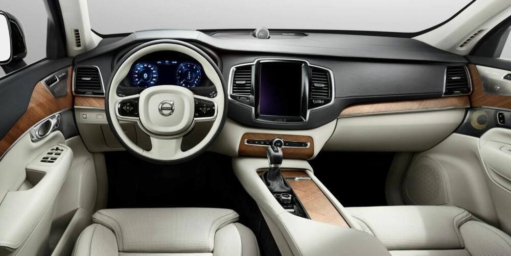FÆRRE TASTER: Dagens Volvo-modeller har veldig mange taster, knapper og brytere. XC90 har i stedet en stor, integrert berøringsskjerm i iPad-stil. FOTO: Volvo
