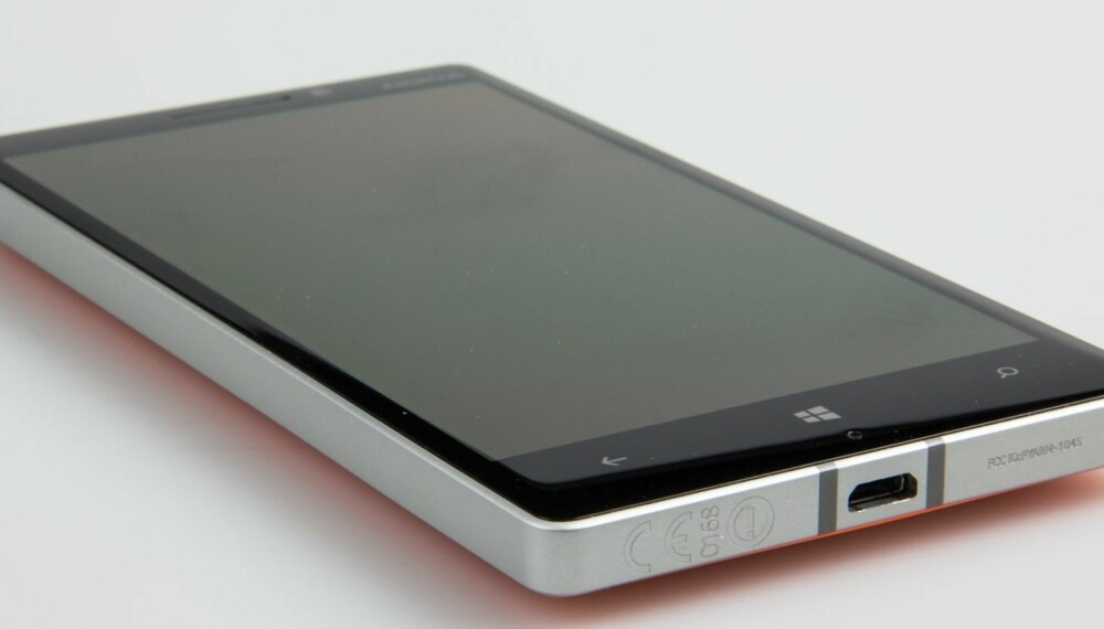 NYDELIG: Nokia har laget en nydelig mobil med veldig bra byggekvalitet. Legg for eksempel merke til overgangen mellom skjerm og aluminiumsramme.