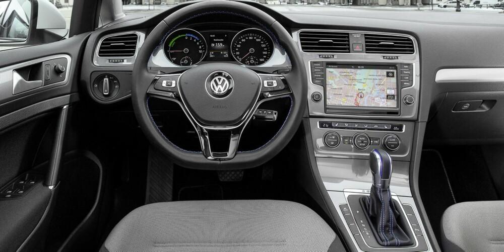 ELEKTRISK GOLF: E-Golf kommer med utstyr som City-nødbrems, adaptiv cruise control, Pre-crash kollisjonsbeskyttelse og multikollisjonsbrems. Oppvarmet frontrute, automatisk klimakontroll, skinnratt og spesielle aluminiumsfelger er en del av standardutstyret. FOTO: VW
