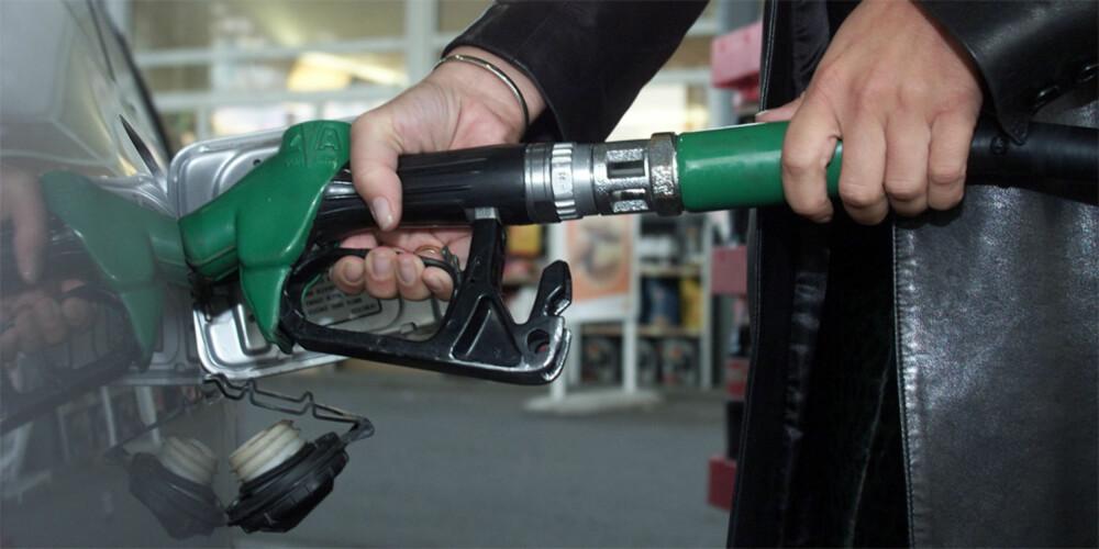 FOR HYPPIG: Forskningsinstituttet ICCT mener at den normerte testen som brukes til å fastsette normert forbruk for en bil, er urealistisk og har for mange smutthull som bilfabrikkene utnytter. Det gir hyppigere besøk på bensinstasjonene enn oppgitt forbruk burde tilsi. FOTO: Arkiv