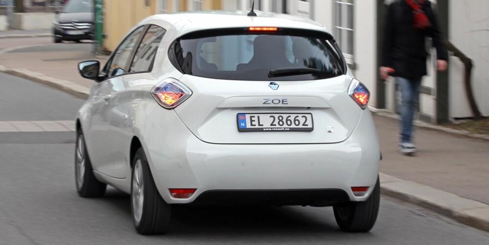 KJAPP FØRST: Renault Zoe akselererer kjapt fra stillestående til ca 60 km/t. Deretter går fartsøkningen betydelig tregere - uten at det er noe stort minus for en bybil. FOTO: Petter Handeland