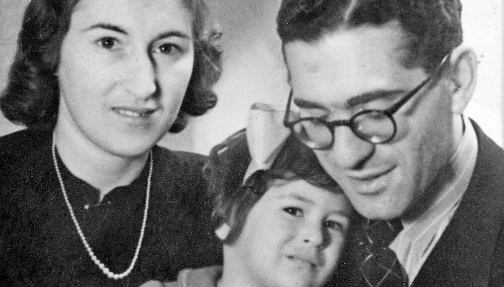 FØR DEPORTASJONEN: Mona med mamma Solveig og pappa Robert i 1942, mens Solveig enda har sitt perlekjede. Senere kom tyskerne og tok det og resten av familiens eiendeler.