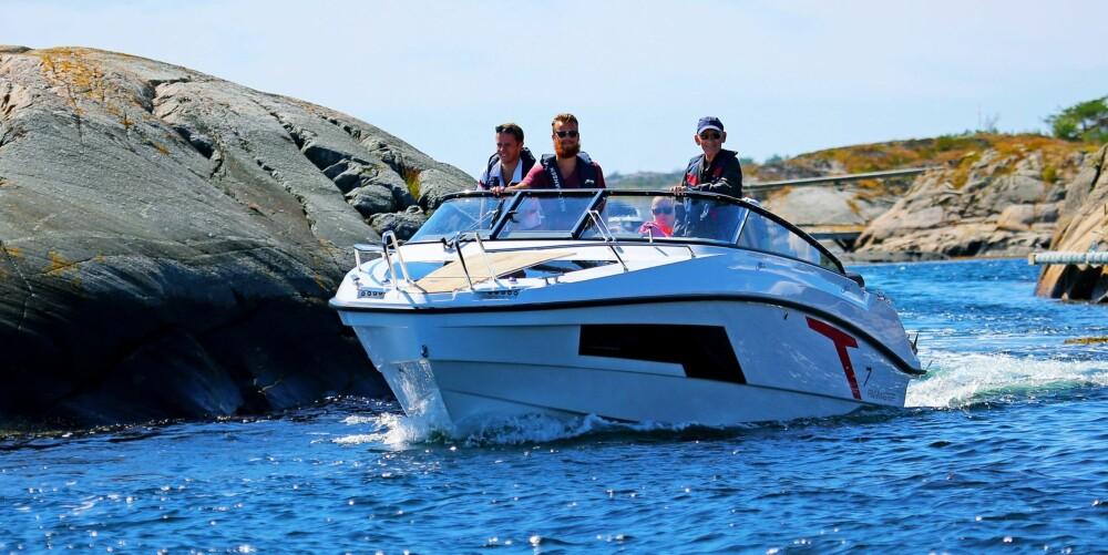 300 NAUTISKE: Vi kjørte rundt 300 nautiske mil med båten, og på langkjøring med båten i plan mesteparten av tiden lå forbruket i området 1,4-1,6 l per nautisk mil og rundt 30–35 liter i timen.