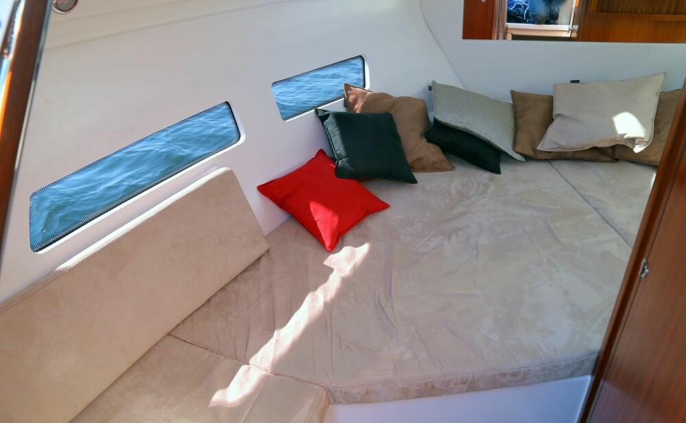 FOR FAMILIEN: I tillegg til dobbeltkøya forut, har 811-modellen også en stikkøye med plass til to barn eller en voksen akter i kabinen.