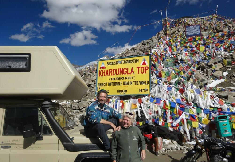 TOPPTUR: Khardungla Top er verdens høyeste kjørbare fjellpass, 5359 meter over havet. Ekteparet Odermatt nådde toppen i august 2015.