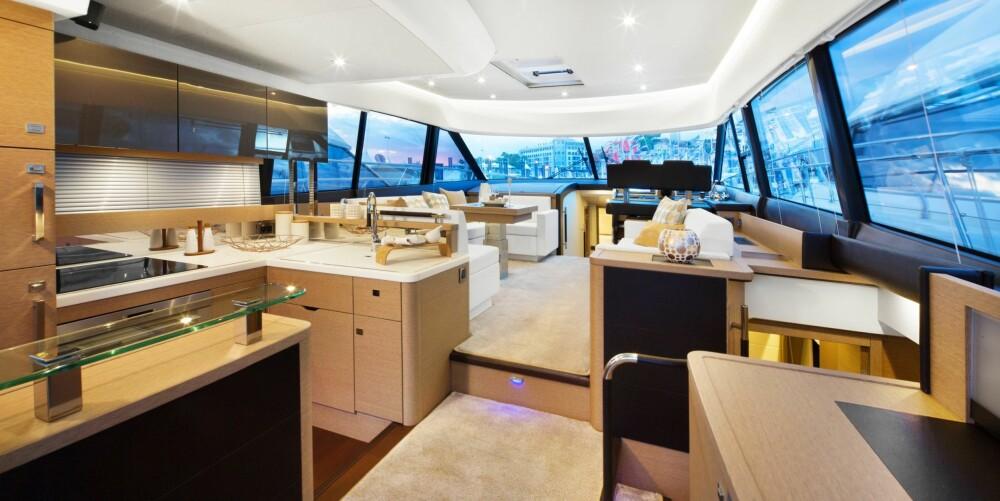 LUFTIG: Cockpitsalongen er på moderne vis et stort, sammenhengende område med en gigantisk skyvedør i glass akter og store vindusflater hele veien rundt. Det gir lys. luft og panoramautsikt til omgivelsene.