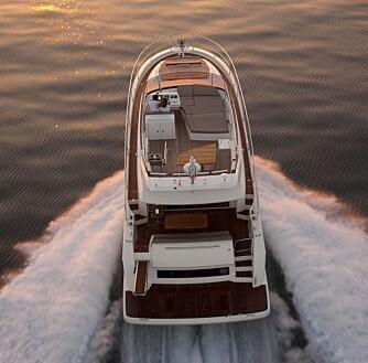 LETTKJØRT: I motorrommet sitter det to Cummins-diesler på 600 hk hver. Utstyrt med Zeus-poder og joystickstyring skal nesten 20 tonn båt kunne styres med fingertuppene.