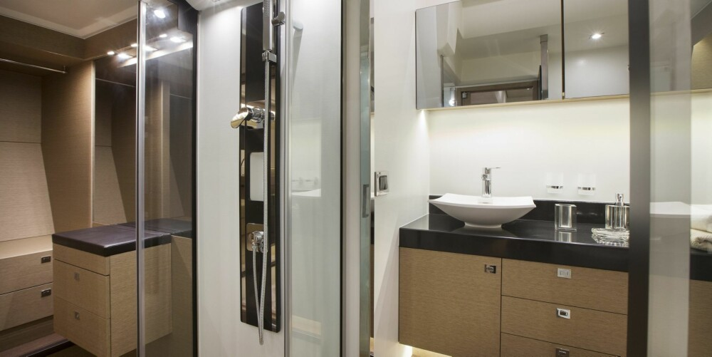 HØY STANDARD: De to kabinene har felles dusj/toalett, men du kan også bestille båten med separat toalett for hver lugar. Da ryker imidlertid plassen for walk-in closet i eierlugaren.