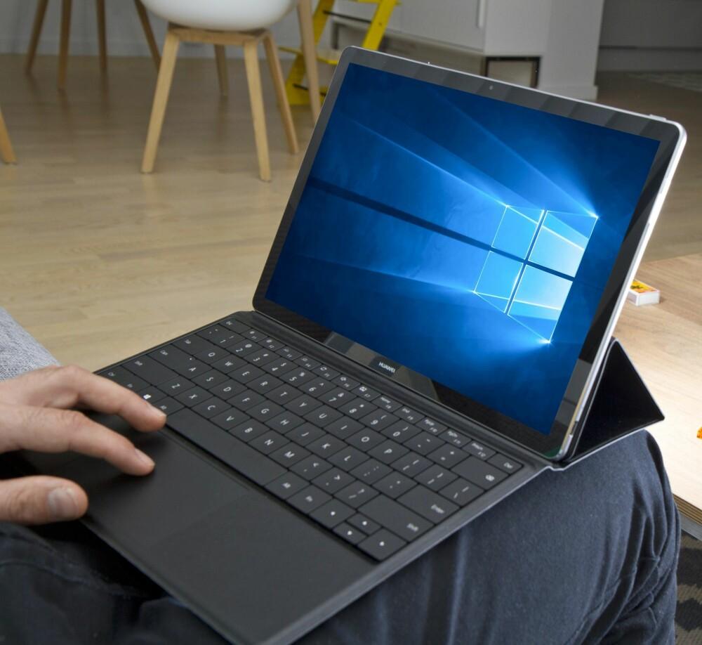 VAKLETE: Tastaturløsningen er maskinens ankepunkt, og det hele blir litt vaklete på fanget – i sofaen er det visst best å bruke den som nettbrett og legge tastaturet til side.