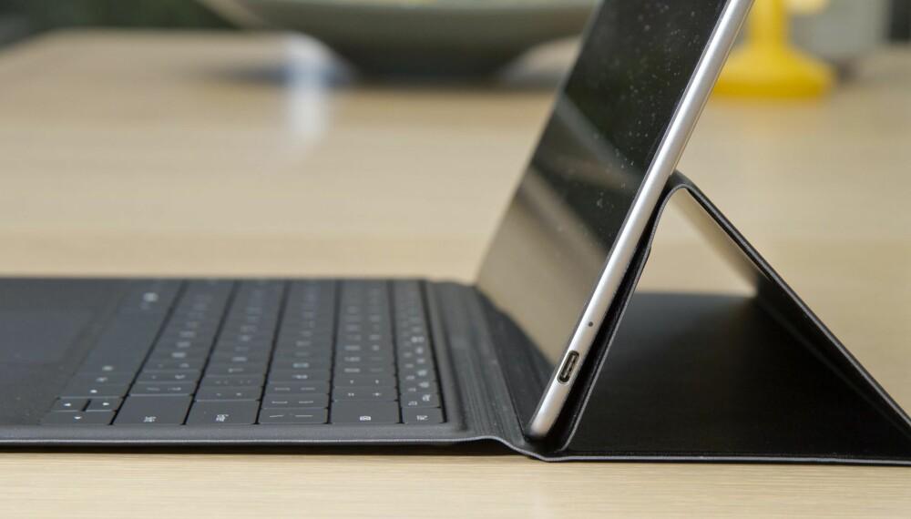 FLEKS: På grunn av brettene i det syntetiske skinnet blir ikke tastaturet liggende helt flatt på underlaget, noe som gir en litt ubehagelig fleks og nedsatt skrivekomfort.