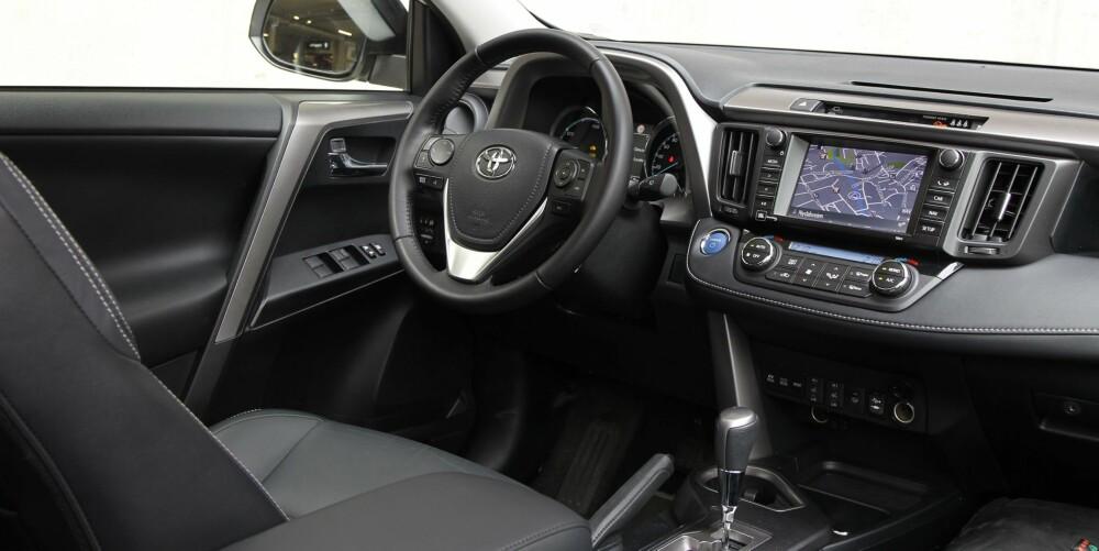 SKINN OG PLAST: For samme totalpris får du skinninteriør og et par andre ting i tillegg i RAV4. Likevel henger Toyotaen etter i kvalitetsopplevelse.