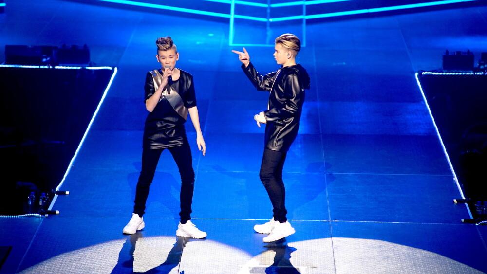 """Drømme-duoen åpnet showet med """"One More Second With You"""" med et pang - bokstavelig talt! De kom nemlig opp fra gulvet mens det smalt stjerneskudd over dem. Sykt kul!"""