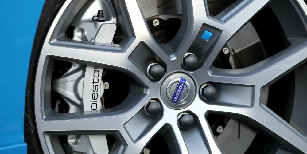 KNIPER GODT: Bremsene kunne like gjerne ha sittet på en av Polestar sine racerbiler. Og tro meg, de ser ikke bare tøffe ut, men de kniper skikkelig.
