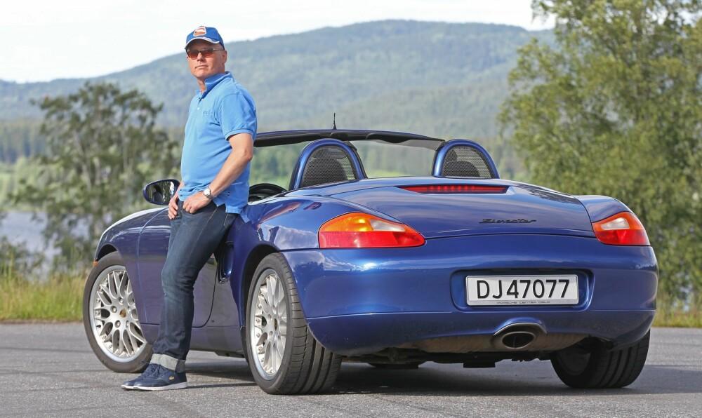 ALDRI MER TAK: Finn Vegard Carlsen kjører «alltid» åpent. Men om vinteren får 1998-modellen hardtop på. - Bilen har nå gått drøyt 150 000 km og fungerer bra, selv om det alltid er litt å fikse på, forteller han.