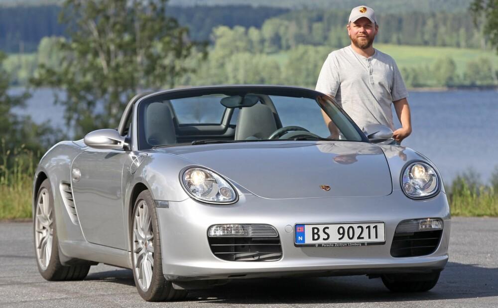 DEN ENESTE: - Allerede den første turen var spektakulær, jeg kjøpte bilen i Ålesund på sommeren og hadde en nydelig tur via Geiranger hjem til Oslo, sier Tor-Erling Thømt Ruud. Han har til og med kjørt flyttelass med Boxster.