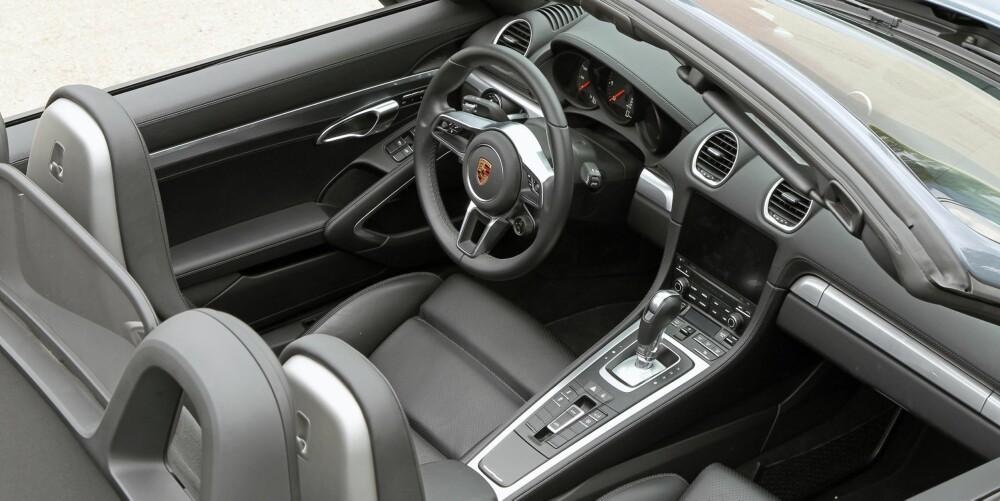 SIKKER LINJE: Porsche kjører en sikker linje. Interiøret i nye 718 er løftet akkurat nok fra 2014-modellen til å framstå moderne. Den skuddsikre følelsen er alltid der.