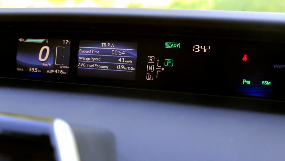 REKKEVIDDE: Mirai har en oppgitt rekkevidde på 550 km. På displayet vises sanntidsforbruk i et søylediagram, og forbruk over tid oppgis ved siden av.