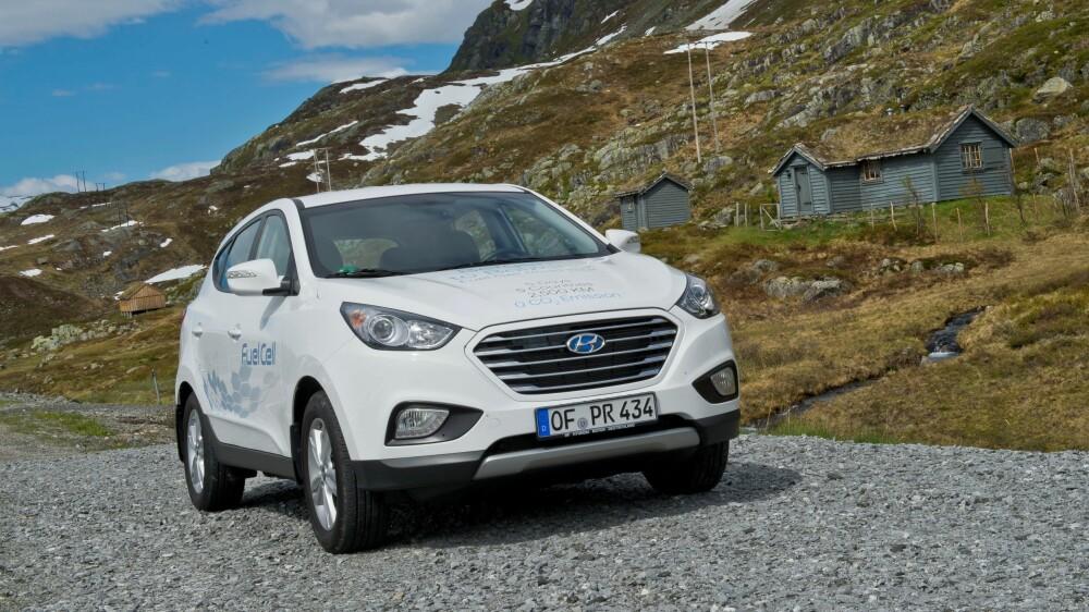 HYUNDAI: Hyundai ix35 el-hydrogen kjører uten utslipp og har en elektrisk motor på 100kW, tilsvarende 136 hk. I stedet for å få strøm fra et batteri er det en brenselcelle som konverterer hydrogen, lagret på tanker i bilen, og oksygen fra lufta til elektrisitet. Eneste utslipp er ren vanndamp. Topphastighet er 160 km/t og rekkevidden er oppgitt til 594 km på en fylling.