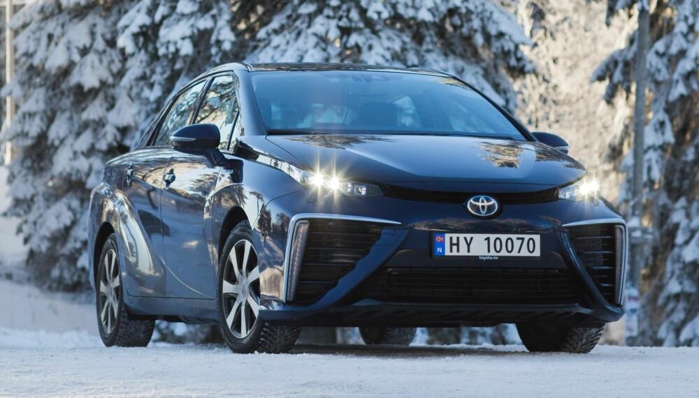 SKILLER SEG UT: Gigantkonsernet Toyota har lagt elbil til side og satser i stedet på å utvikle hydrogenbilen. Mirai er den første serieproduserte modellen. Utseendet skiller seg tydelig ut.