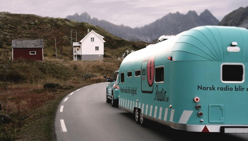 NORGE RUNDT: Radio.no er «markedsføringsorganet» for DAB-radio  i Norge. De har blant annet kjørt rundt omkring med denne «radiobilen» for å hjelpe folk med overgangen fra FM til DAB.